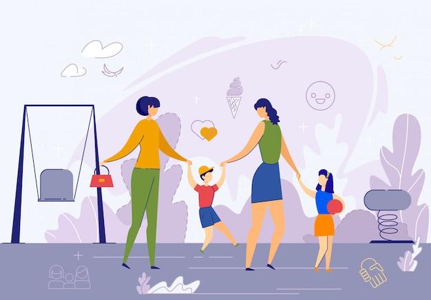 遊び場で子供たちと幸せな女性カップル