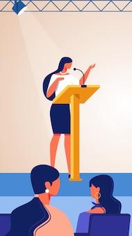 ステージビジネスコーチのパフォーマンスを見ている女性