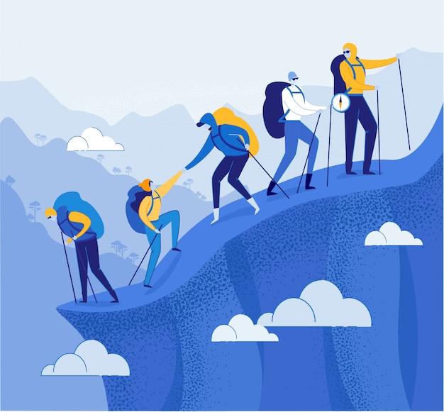 Группа альпинистов помогая друг другу в горах.