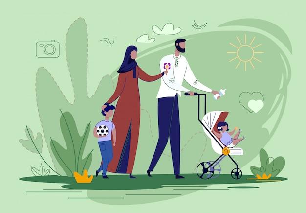 公園のフラットで子供と一緒に歩くアラビア家族。