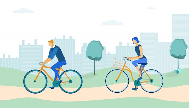 Пара езда велосипеды в парке на фоне города.