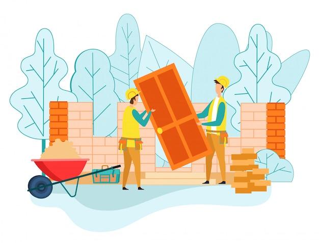 Рабочий дает коллеге деревянную дверь для дома