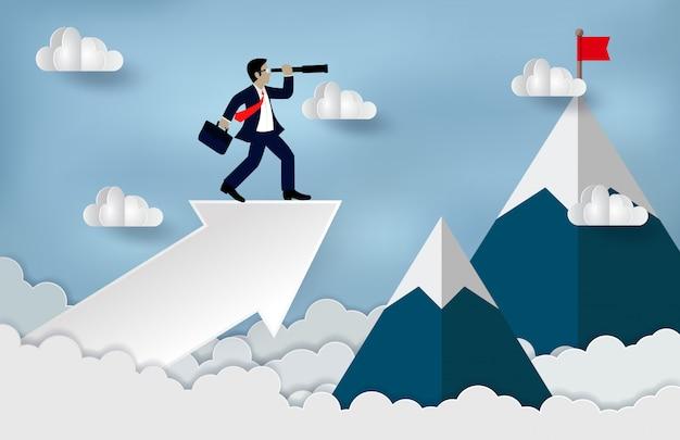 望遠鏡の成長の現代のアイデアを見て、より高い達成するために矢印の上に立っての実業家