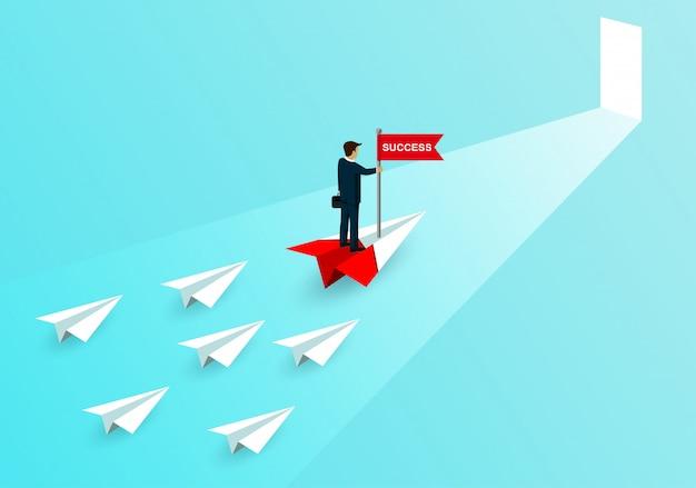 ビジネスマンスタンド紙飛行機の上の旗をキャッチ赤ホワイトペーパー航空機との競争。ビジネス成功の目標への扉