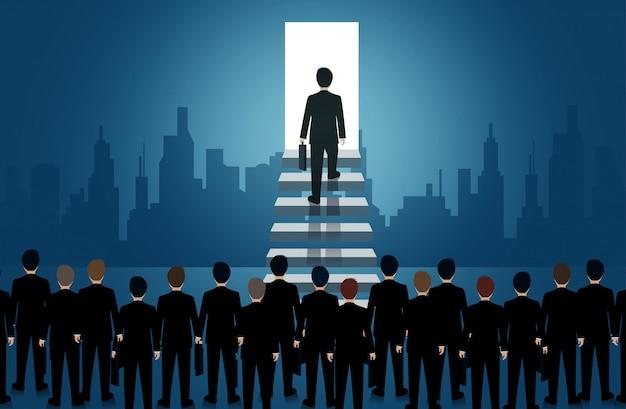 ビジネスマンは、光のドアへの階段を上ります。人生と進歩の成功へのはしごを強化