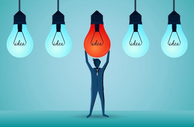 ビジネスマンは赤い電球を上に持ち上げ、独特の光を出すために青いランプを配置します