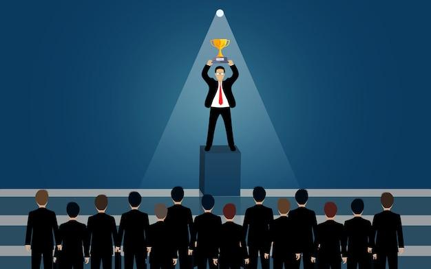 光の中でトロフィーを持って立っているビジネスマン。懐中電灯が輝いています。優れたスキルと才能を備えた人材アイデアを募集しています。ビジネスの成功。クリエイティブ。リーダーシップ。ベクトルイラスト。