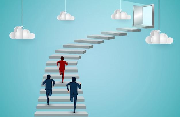 Бизнесмены соревнуются, бегут по лестнице к двери