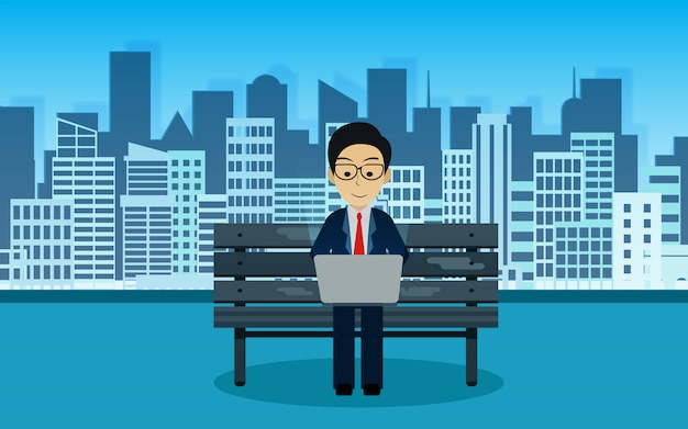 背後にある公園でコンピューターノートを再生する椅子に座っているビジネスマンは都市です。