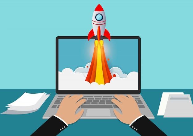 コンピューターの画面から排出されるロケットでノートブックに白いモダンなキーボードを入力する手