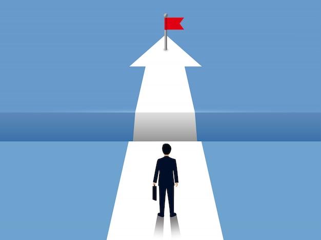 ビジネスマンは白い矢印の上を歩いて、前のパスの間に隙間があります。反対の成功の目標に行く