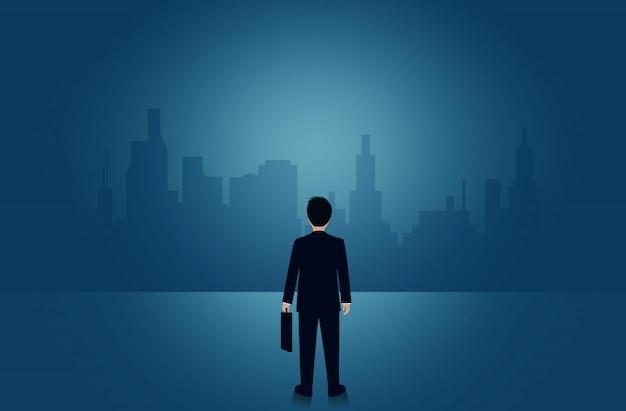 Взгляд бизнесмена стоящий вперед определяет успех и цель организации.