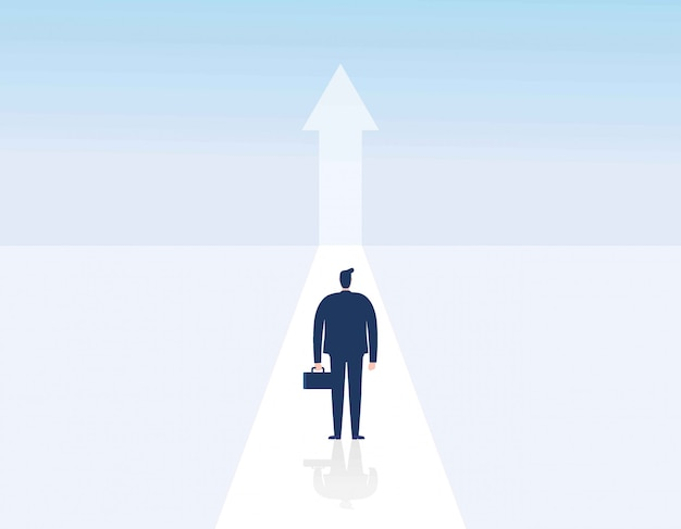 上向きの矢印に向かって歩く男。