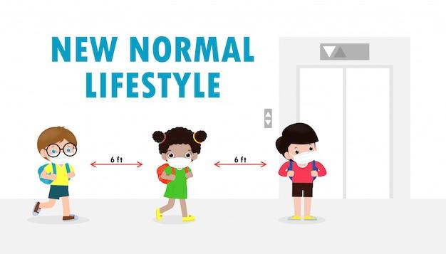 Снова в школу для новой концепции нормального образа жизни. счастливые дети в маске