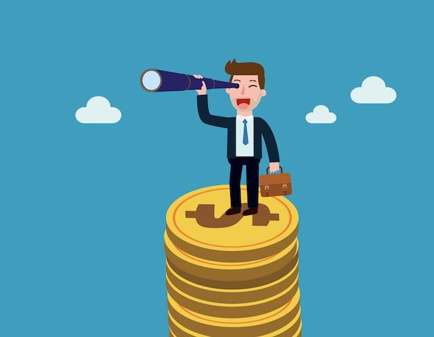 Бизнесмен стоит на горе монет и смотрит вдаль через подзорную трубу