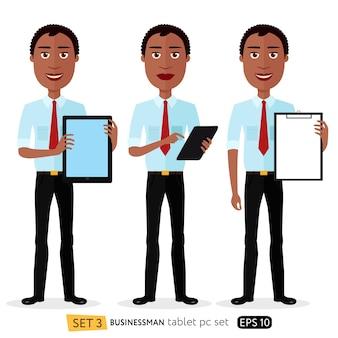 タブレットで立っているアフリカの笑顔のビジネスマン