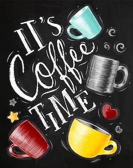 Плакат с чашками кофе, начертание его время кофе на фоне доске