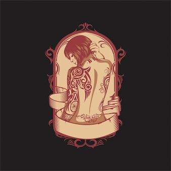Девушка с татуировкой на спине и руке