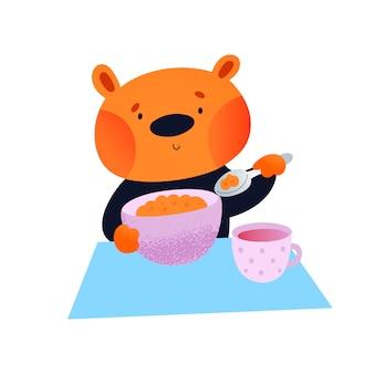 Милый плюшевый медвежонок с тарелкой и чашкой