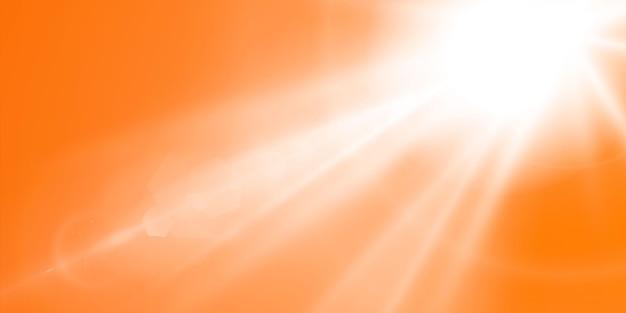黄色とオレンジ色の背景に輝く太陽と抽象的な輝くレンズフレア。自然なまぶしさで満たされる暖かい太陽。孤立した図。
