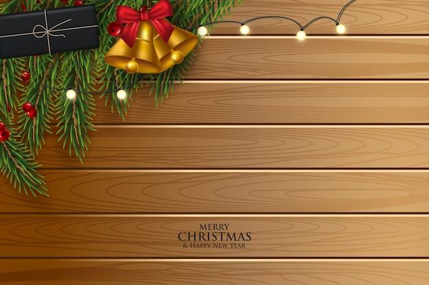 モミの枝とクリスマスのグリーティングカードは、リボン、赤と金のボールと果実で飾られました。