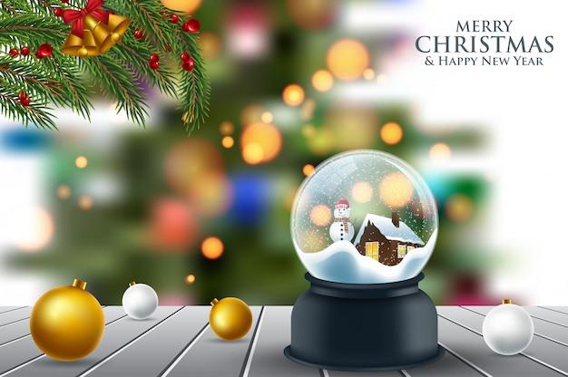 雪の上の木のテーブルの上のクリスマスのスノーグローブ