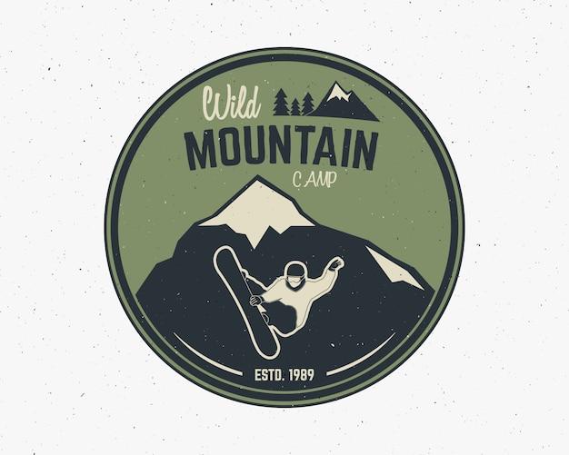 マウンテンキャンプのビンテージエクスプローラーラベル。アウトドアアドベンチャーのロゴデザイン。
