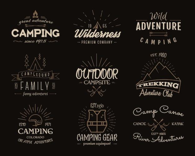 キャンプアドベンチャーバッジコレクション。レトロなハイキングのロゴのグラフィック。キャンプのエンブレムと旅行記章。ヴィンテージの色。