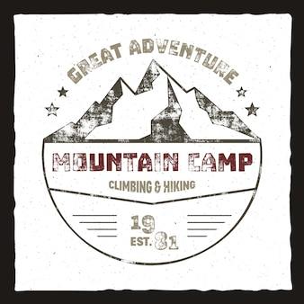 Плакат горного лагеря. логотип приключений