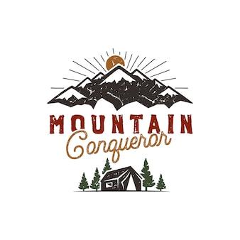 旅行、屋外バッジ。スカウトキャンプの紋章。ヴィンテージ手描きデザイン。山征服者の引用株式ベクトル図、記章、素朴なパッチ。