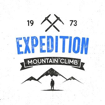 登山のシンボルとタイプデザイン - 登山と山の遠征ラベル。白で隔離ヴィンテージ活版印刷スタイルのロゴ