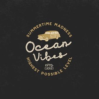 ビンテージサーフィン。サーフィンカーとレトロなタイポグラフィの海の雰囲気