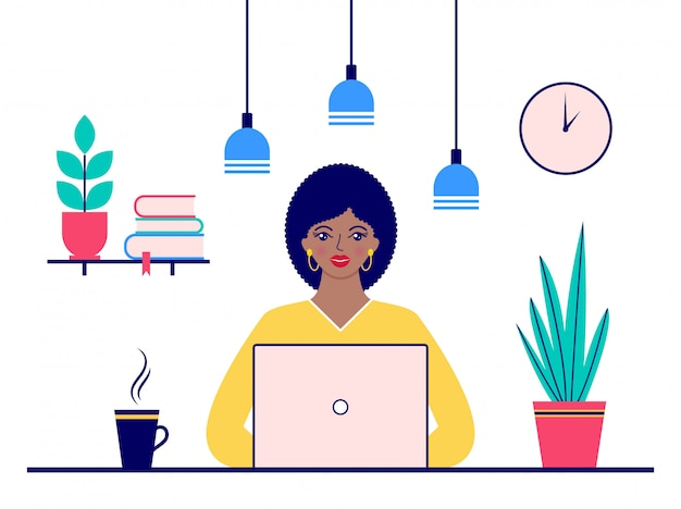 Женщина работает в офисе