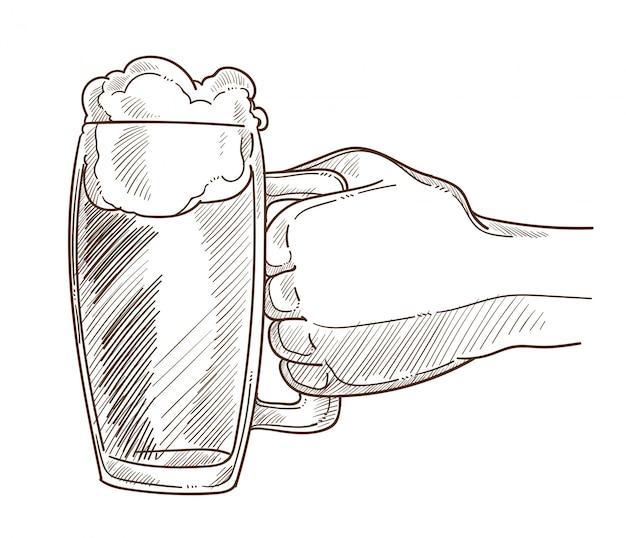 男性の手で泡とクマの大きなマグカップ