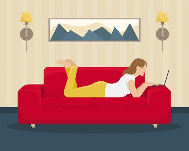 Девушка работает за ноутбуком, лежа на диване. домашний офис. иллюстрации.
