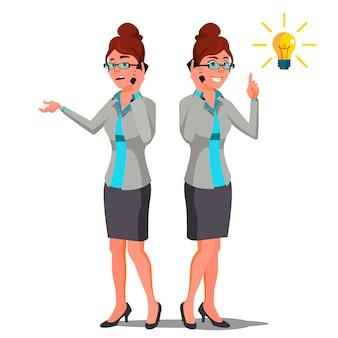 Концепция решения, женщина разговаривает по телефону, указывая лампочку