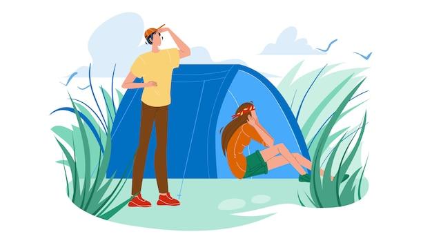 キャンプ場のテントと観光客の男性と女性
