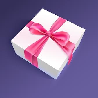 Белая подарочная коробка с красной лентой и бантом