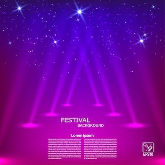 Фиолетовый абстрактный фон с лучами прожекторов.