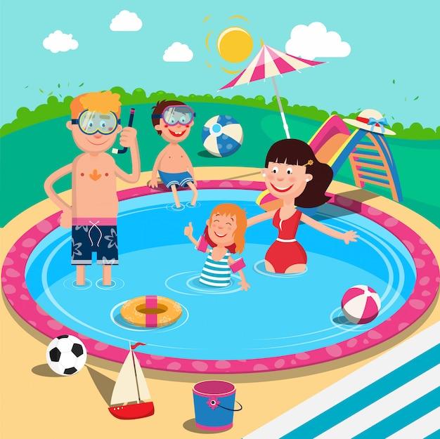 スイミングプールで幸せな家族。夏休みに楽しんで笑顔の親と子。