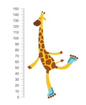 Веселый смешной жираф на лысине с длинной шеей.