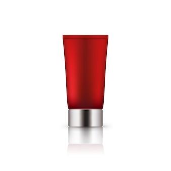 Реалистичная красная пластиковая бутылка с серебряной крышкой.