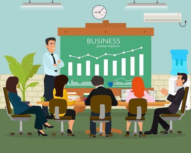 彼のチームのメンバーと新しいビジネスプロジェクトを議論する陽気なビジネスマン。