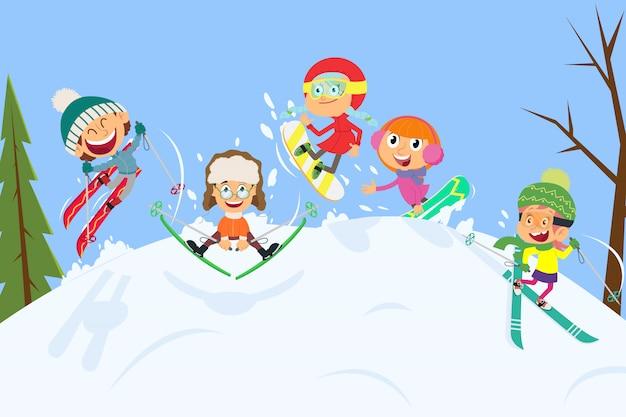 Маленькие лыжники в зимнем пейзаже.