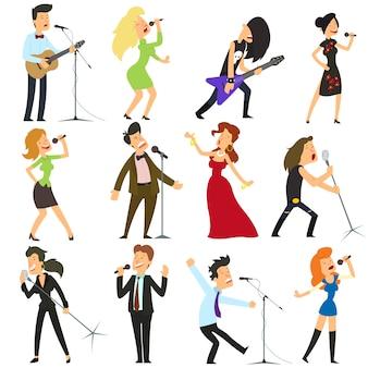 Забавные люди поют в микрофон.