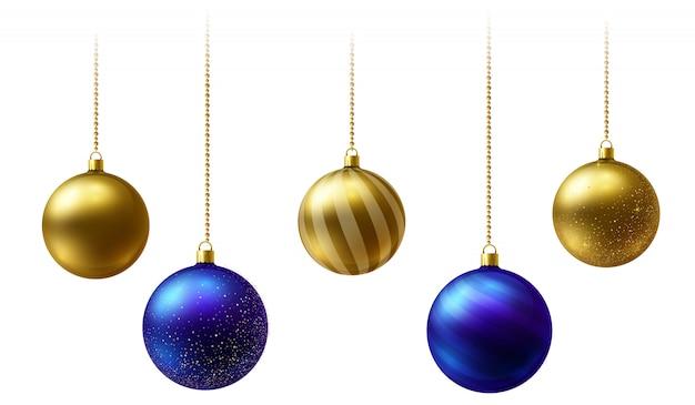 Реалистичные золотые и синие новогодние шары висят на золотые бусы цепочки на белом фоне.
