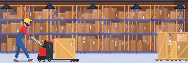 Современный интерьер склада с товарами, тележками с поддонами и промышленным рабочим, который несет коробку доставки.