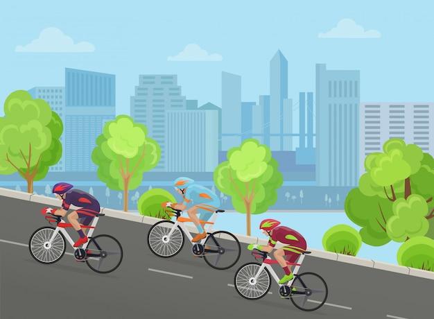 Велосипедисты едут в городе
