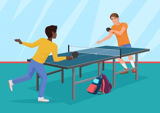 Двое друзей играют в настольный теннис.
