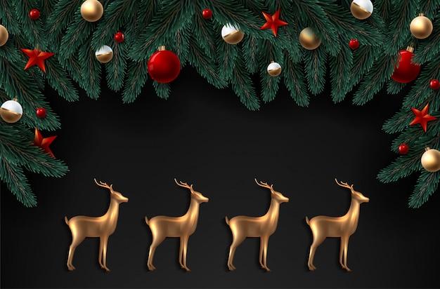 Фон с реалистично выглядящими еловыми ветками и золотыми стеклянными оленями.